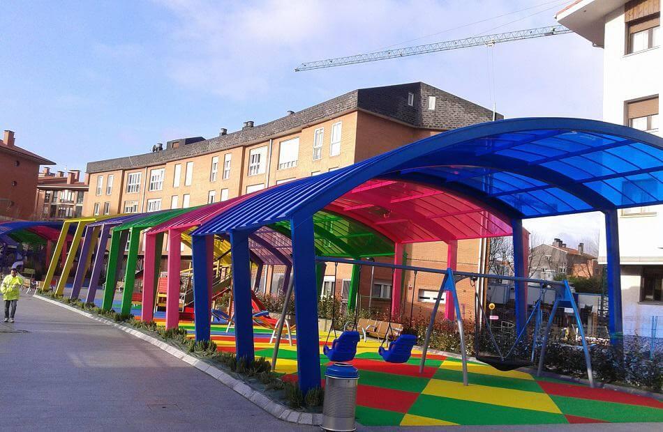 El alegre colorido de cubiertas y marquesinas en un parque infantil